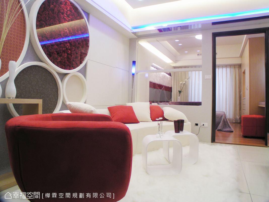 由於居住人口簡單,因此在客廳與主臥室之間,不硬性區隔,而改以玻璃增加空間的穿透性。