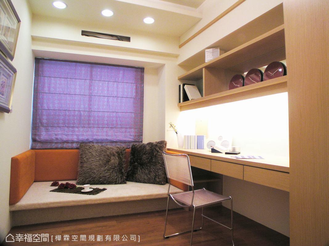 窗臺邊用臥舖的方式,細心在周圍以軟墊包覆,照顧孩童坐臥、睡眠的舒適度與安全性。