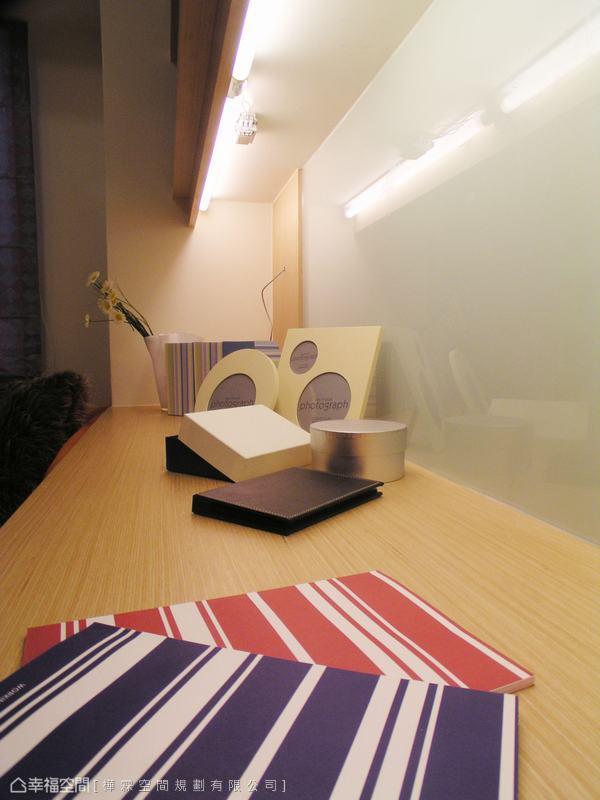書桌前方加裝烤漆玻璃,可做為塗鴉板、備忘錄。