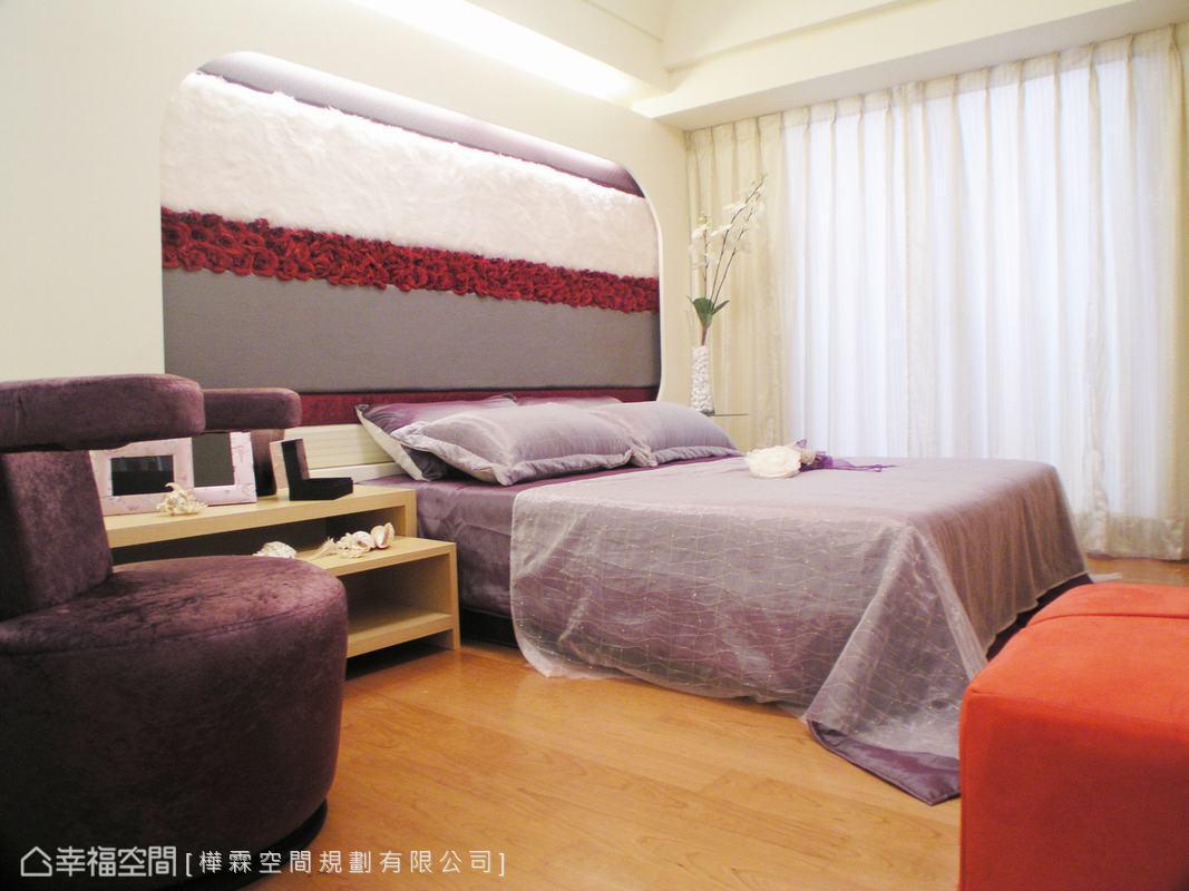 浪漫主題來到主臥房,融入唯美的紫色,床頭主牆用多種異材質組成橫向造型,增加視覺上的華美。