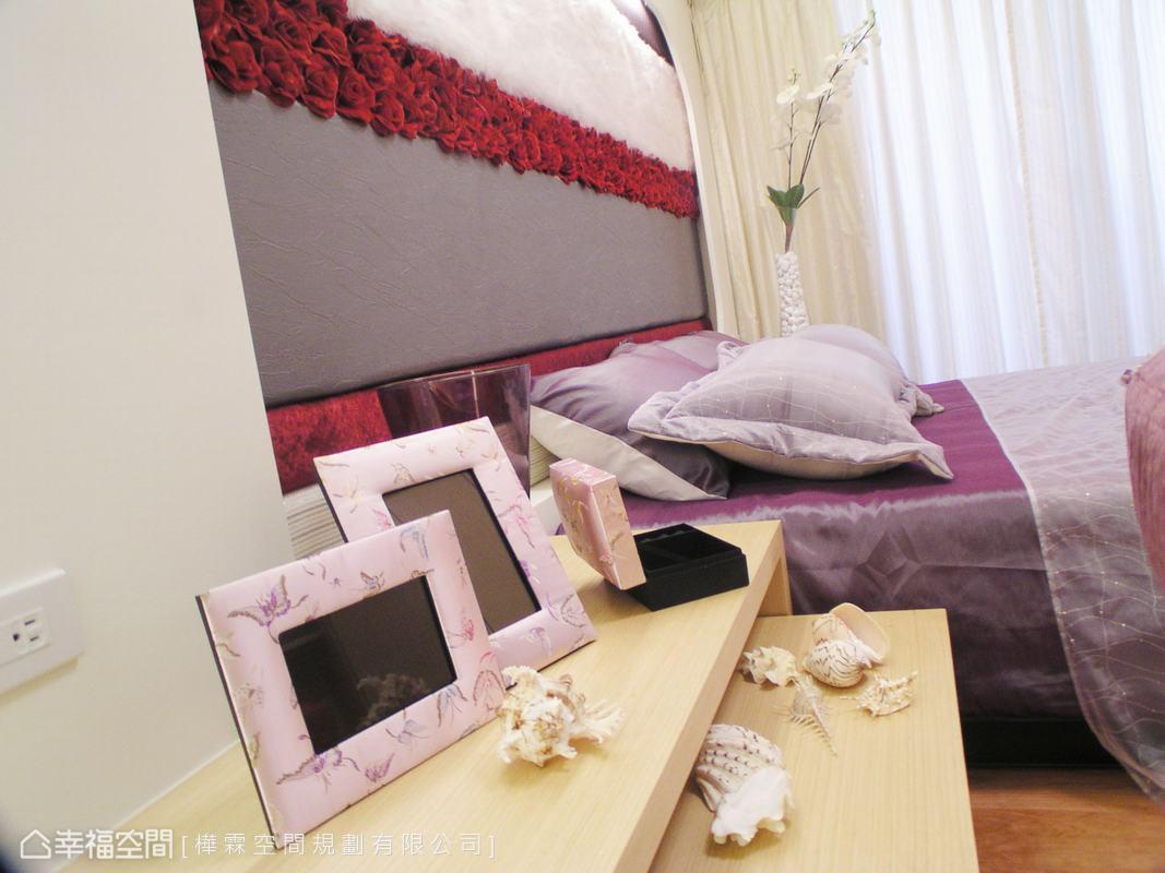 二單位組成的床頭櫃,上層展示相框等有紀念意義的物件,下層不使用時可完全收納,不影響走動路線。