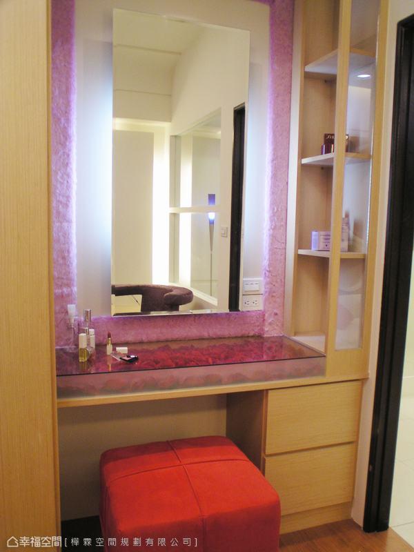 女主人重視的梳妝區域,量身規劃便於拿取化妝品、收納保養品的層板與下抽屜。