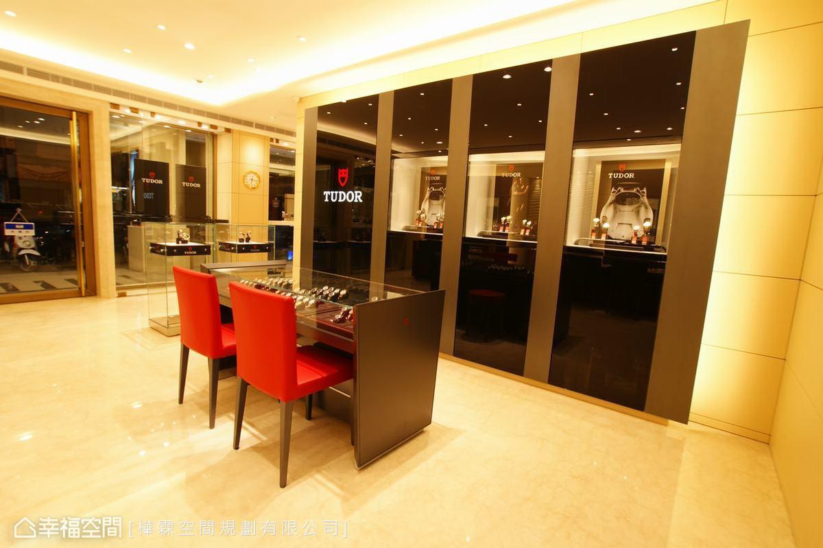 每一個展示櫥窗裡即有五至七盞LED照明變換名品之美。