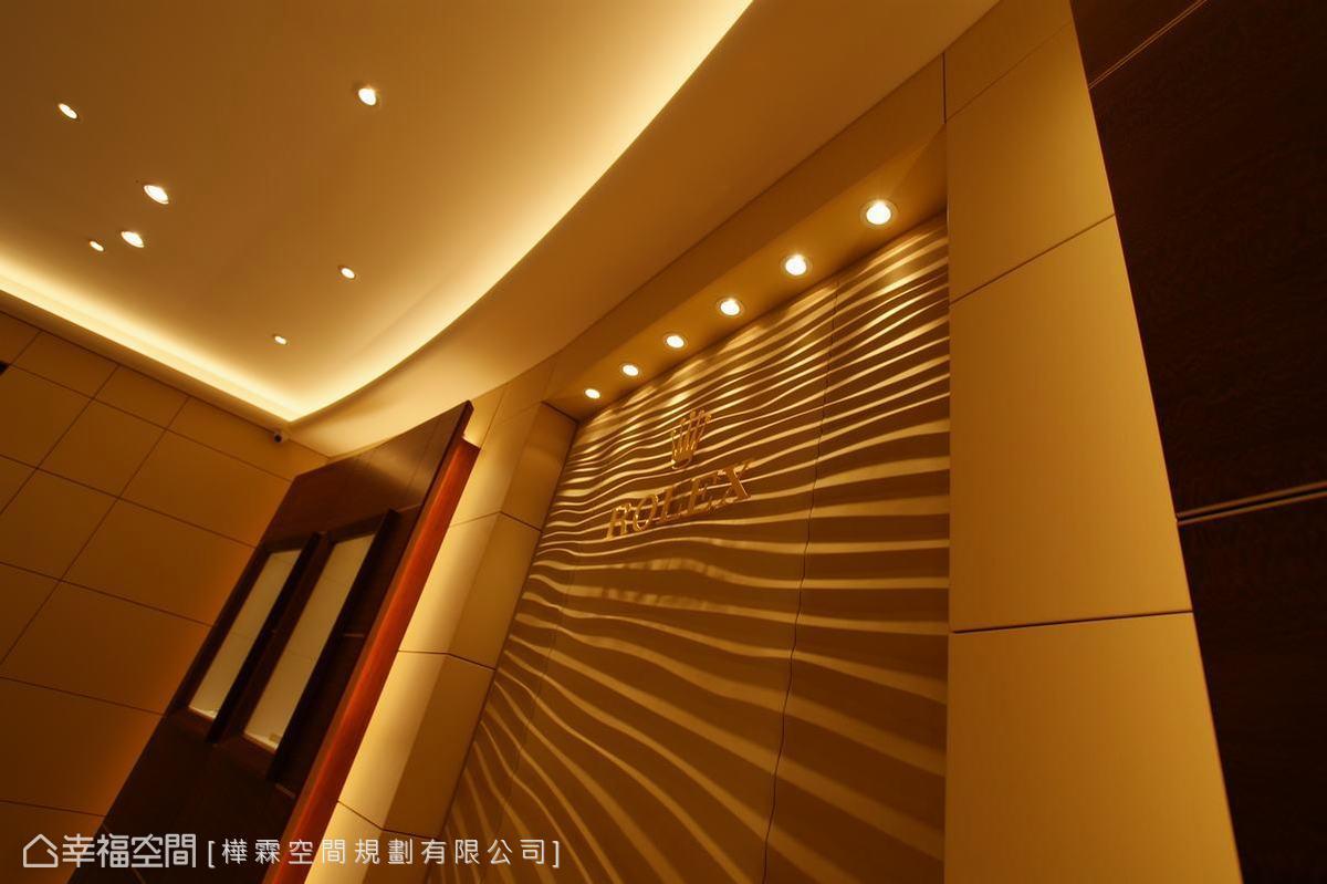 波浪的紋理設計即是設計師依照品牌規定,呈現出來的特殊空間美感。