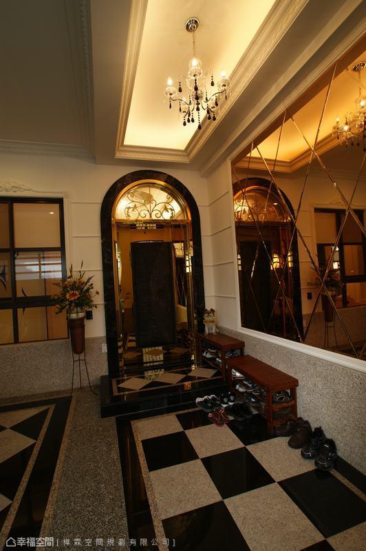 層次豐富的地坪拼花造型,提前預告了場域氛圍的優雅細緻。
