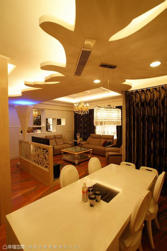 採取層次立體的造型板修飾之下的餐廳天花,巧藏吊隱式冷氣出風口。