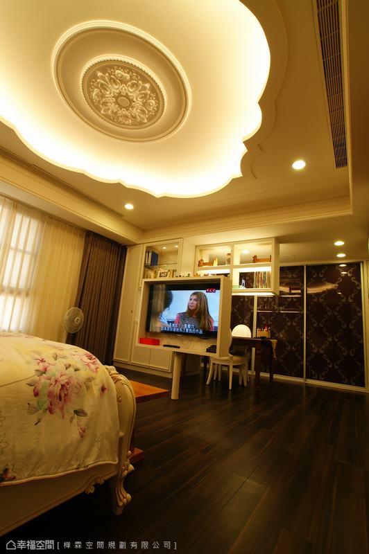 旋轉型式下的機能設定,一台電視滿足床鋪與書桌的視聽需求,有效精省空間運用。