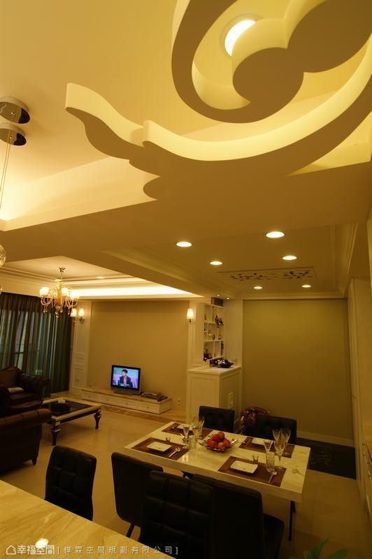 跳脫普遍間接照明的做法,以別出心裁的祥雲圖形,作為天花板轉角的造型。