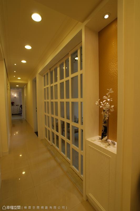 端景和書房格子門,使狹長的走廊更為豐富。