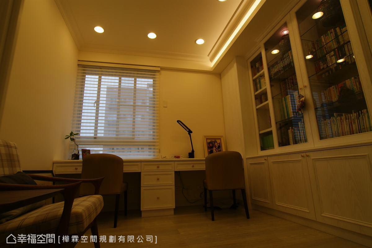 書房規劃兩套桌椅,讓夫婦可以一起閱讀。