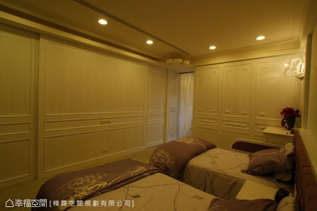 木皮噴漆的古典造型,隱藏入口及衛浴門片。