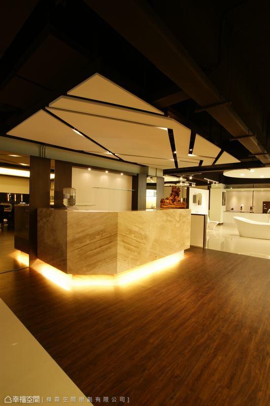 呼應輕盈感造型天花,設計師於大理石櫃台下方增設照明去化量感。