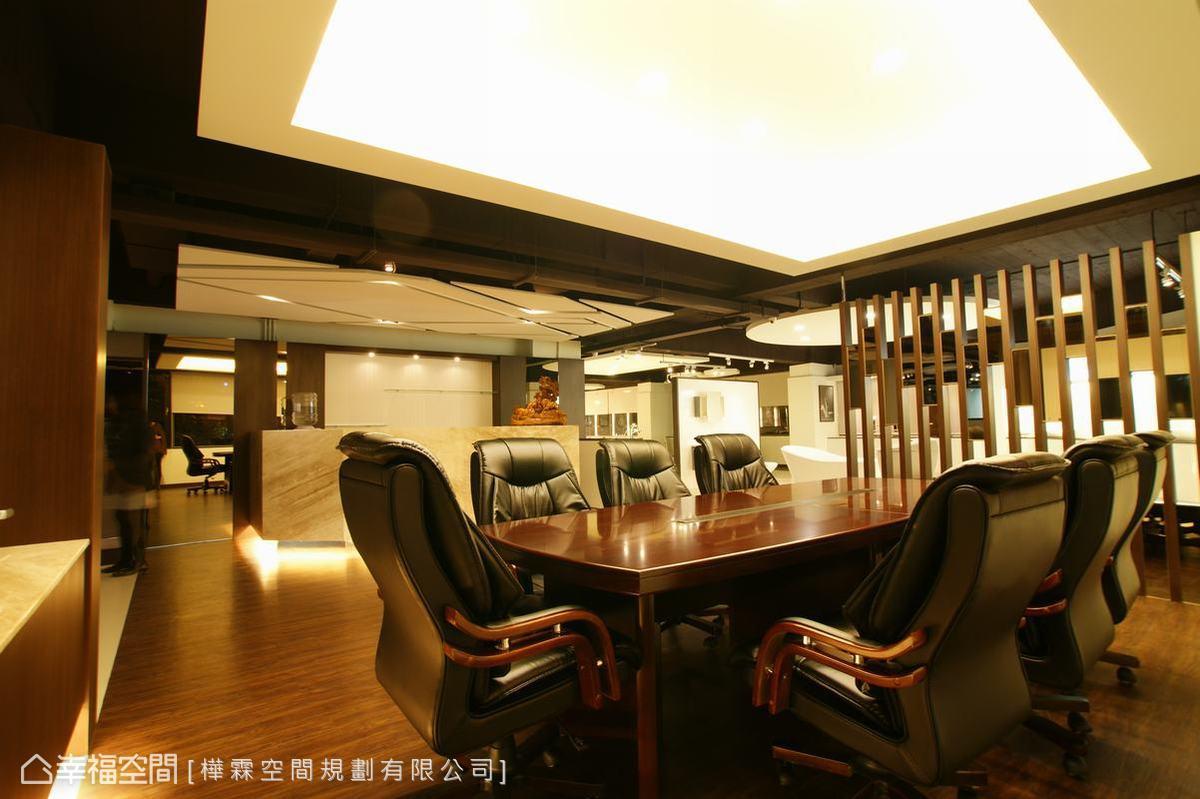 作為辦公區域的二樓空間,以半開放手法融合展示品規劃。
