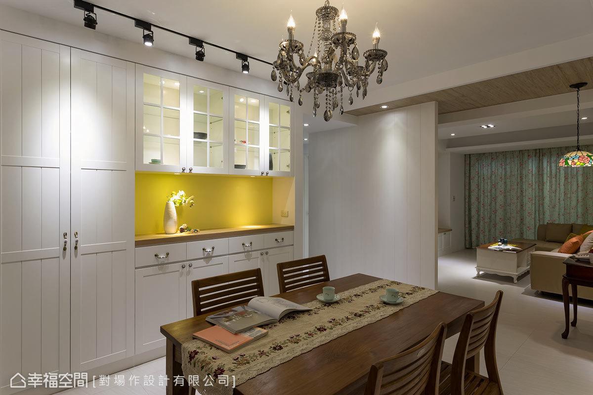 大型餐廚櫃以上下櫃的形式表現,除了減少櫃體的壓迫感之外,中段平台還可以擺放一些飾品或者家人的相片。