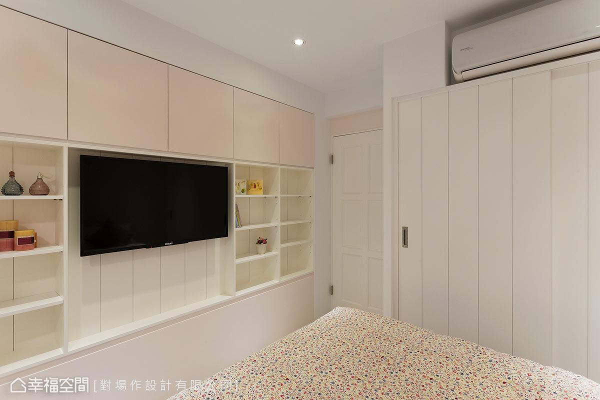 房間裡面的使用機能相當齊備,有電視主牆、完整的衣櫃,以及獨立的書桌兼化妝檯。