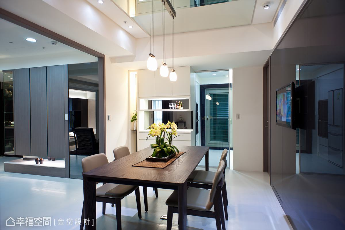 從玄關、客廳到餐廳以相同的淨白地坪延伸,延展出超乎實際坪數的大尺度空間。