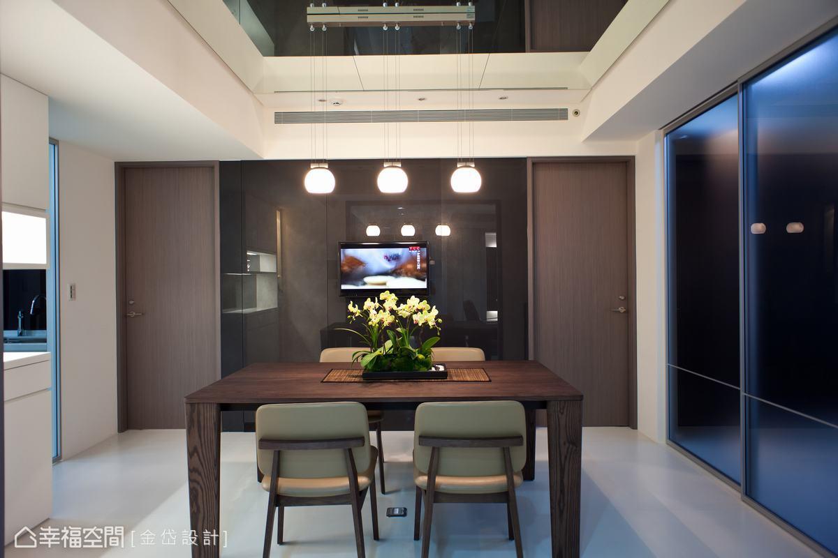 引自客聽的餘光,在隱藏門片設計的灰烤玻牆面鏡射中,放大且明亮空間。