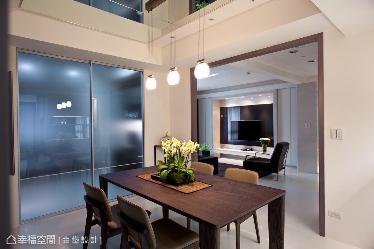 金岱設計藉由廚房及書房灰玻及霧玻門片的引光作用,給予位於空間軸心的餐廳充足照明。