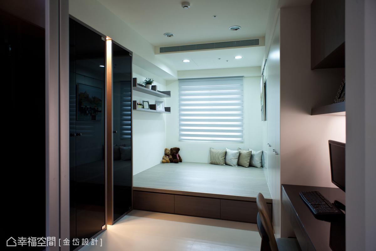 設計師內縮一點原書桌的長度,增設兩個衣櫃作為未來小孩房使用。