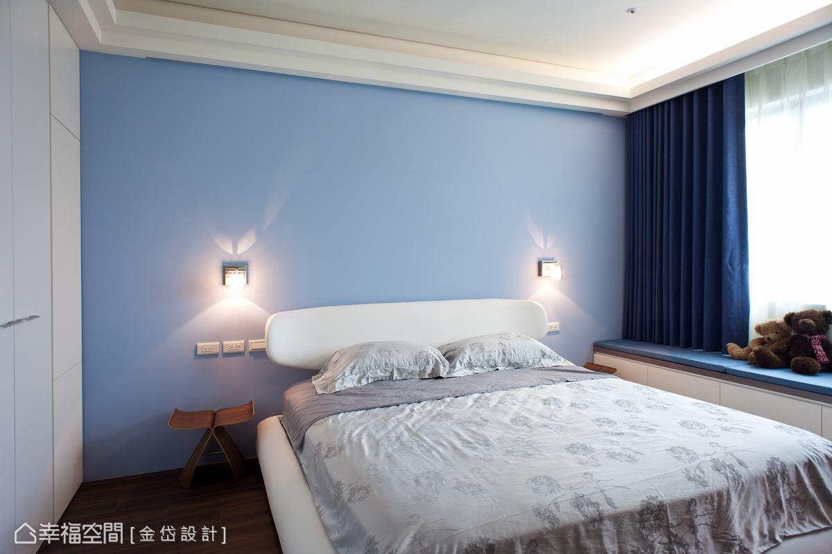 方整的主臥房依照女屋主喜好以天空藍鋪陳。