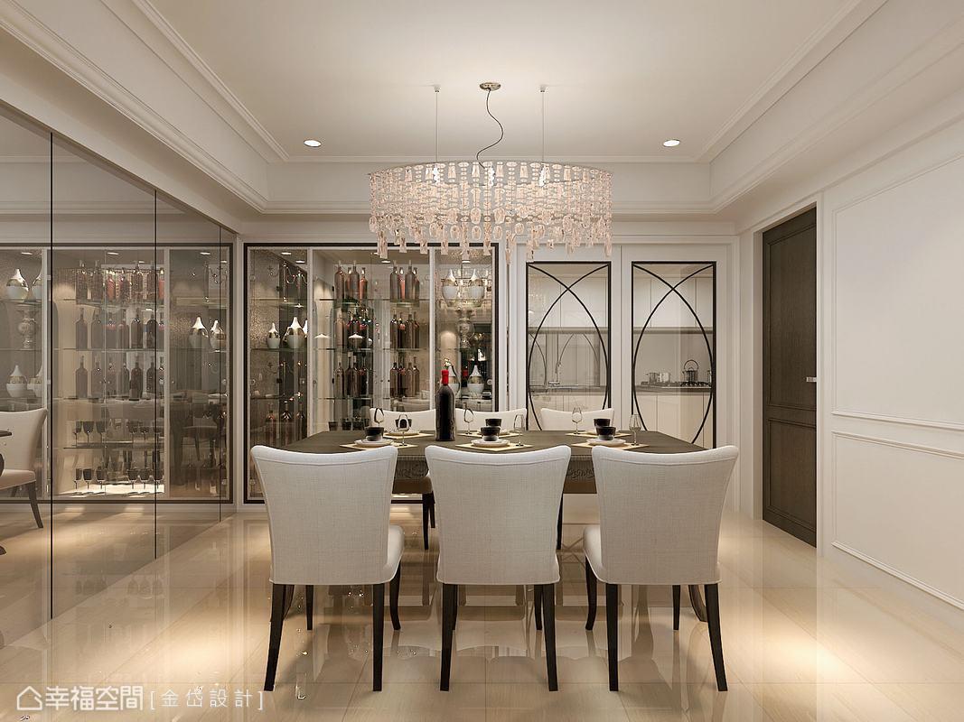 玻璃櫃是主人家在餐廳的展示重心,相鄰的廚房門片也延續質感,並透過典雅纖細的弧線造型,美化玻璃區塊。(此為3D合成示意圖)