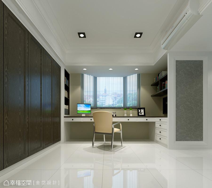 以八角窗面對窗外豪景的書房空間,除具備完善的收納機能外,亦備有大型的落地衣櫃,可作為客房使用。