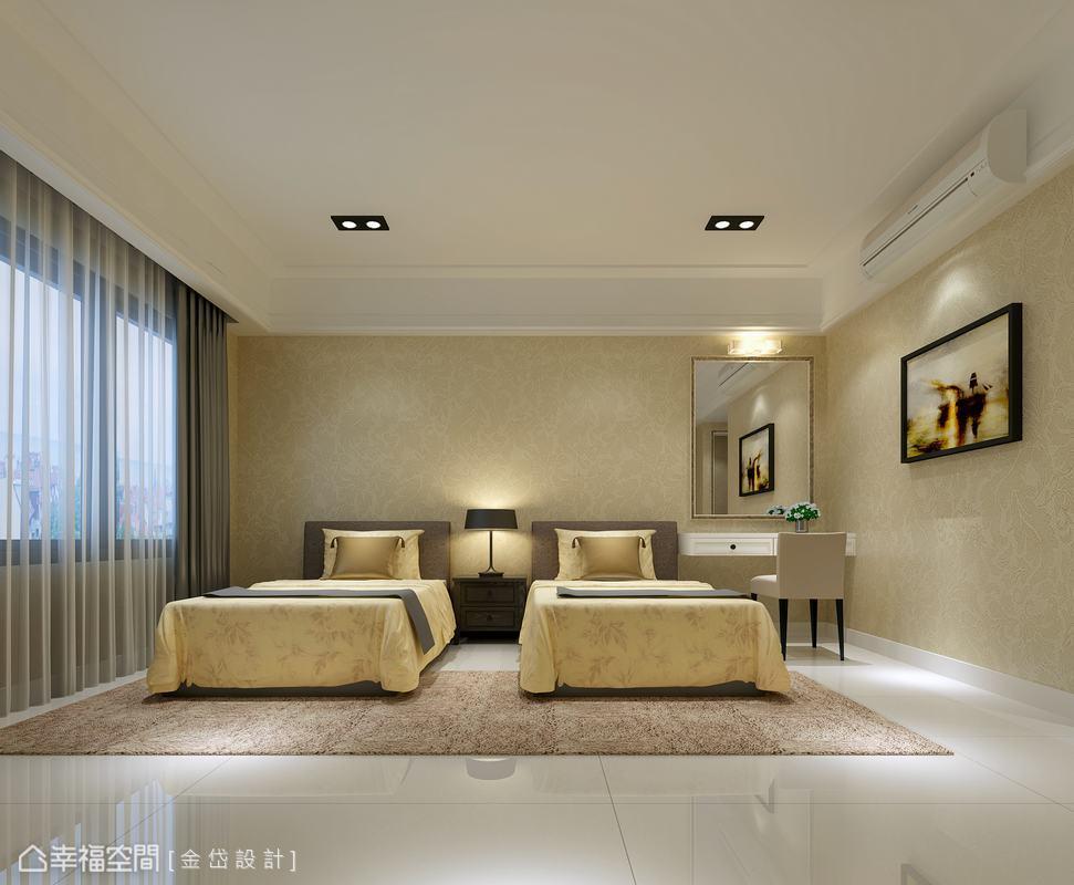 帶有溫暖與貴氣質量的淡金色壁紙,鋪陳於夫妻兩人使用的主臥空間,除梳妝與衣物收納外,雙床鋪的設計讓睡眠回歸單純、自在。