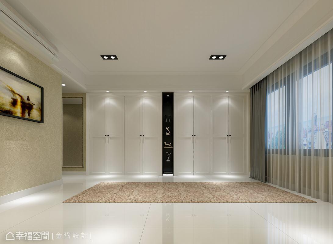 四個雙開門的大收納尺度,中間夾以深色的展示機能,為新古典語彙中優雅安定的對稱手法;而穿衣鏡的功能則落在不對向床面的入口動線中。