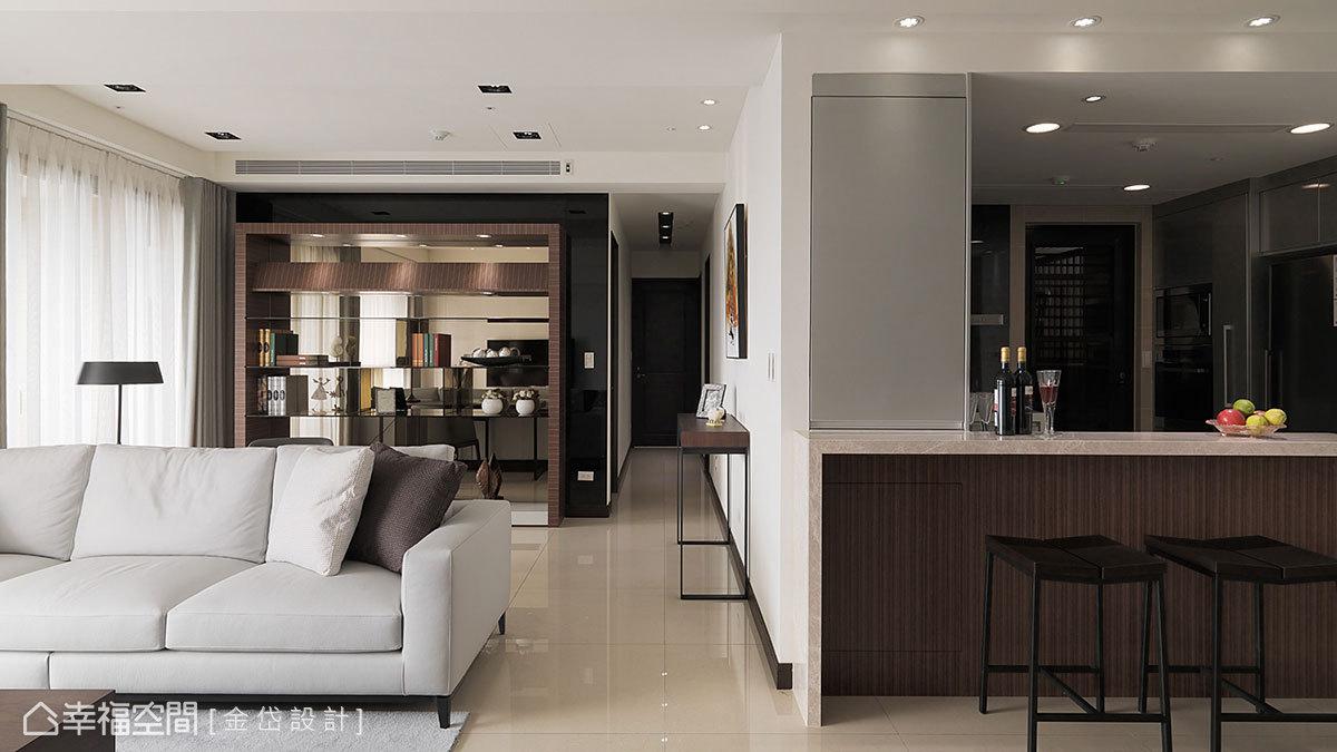 呼應著書牆框體,增設而生的中島吧檯,選以同質木紋為面,層次堆疊空間景深。