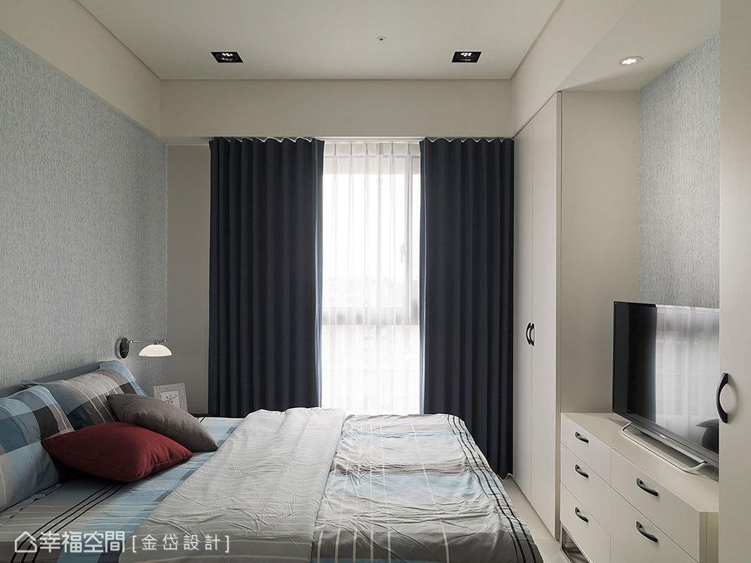 考量坪數有限性,設計師陳美貴以藍色系為底,透過白色櫃體輕盈化視覺重量。