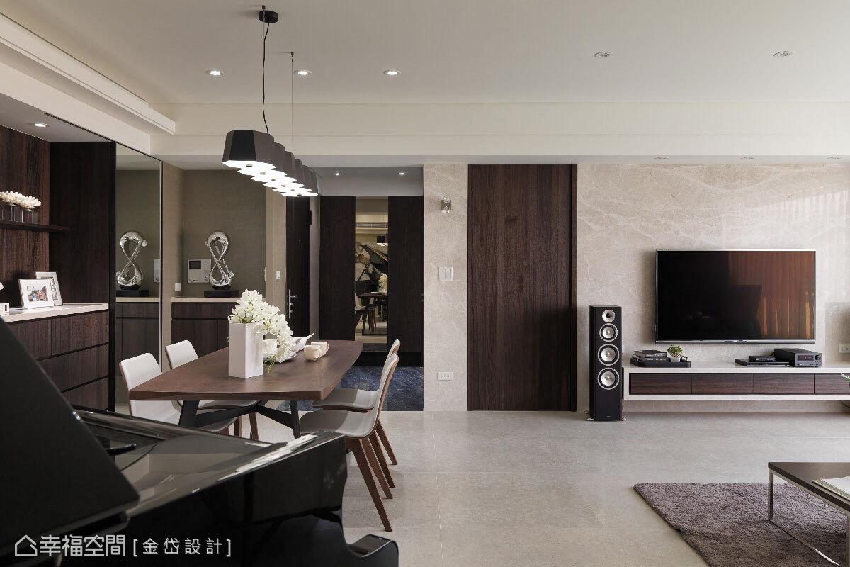 以現代感造型吊燈,作為餐廳的重點照明,加上由客廳右側引入的自然採光,輝映一室的明亮輕透。