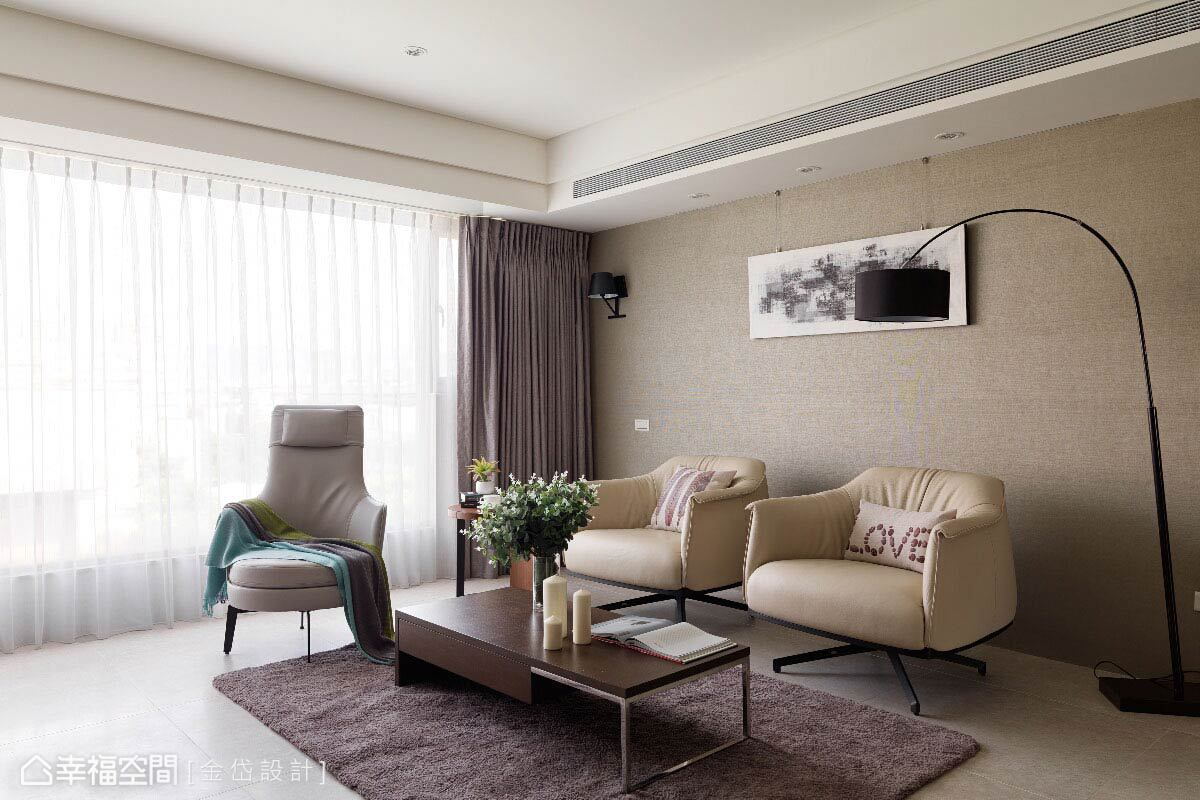 依據多年的生活習慣,陳美貴設計師捨棄制式沙發配置,改以便於移動的單椅安排,讓使用上更為彈性。