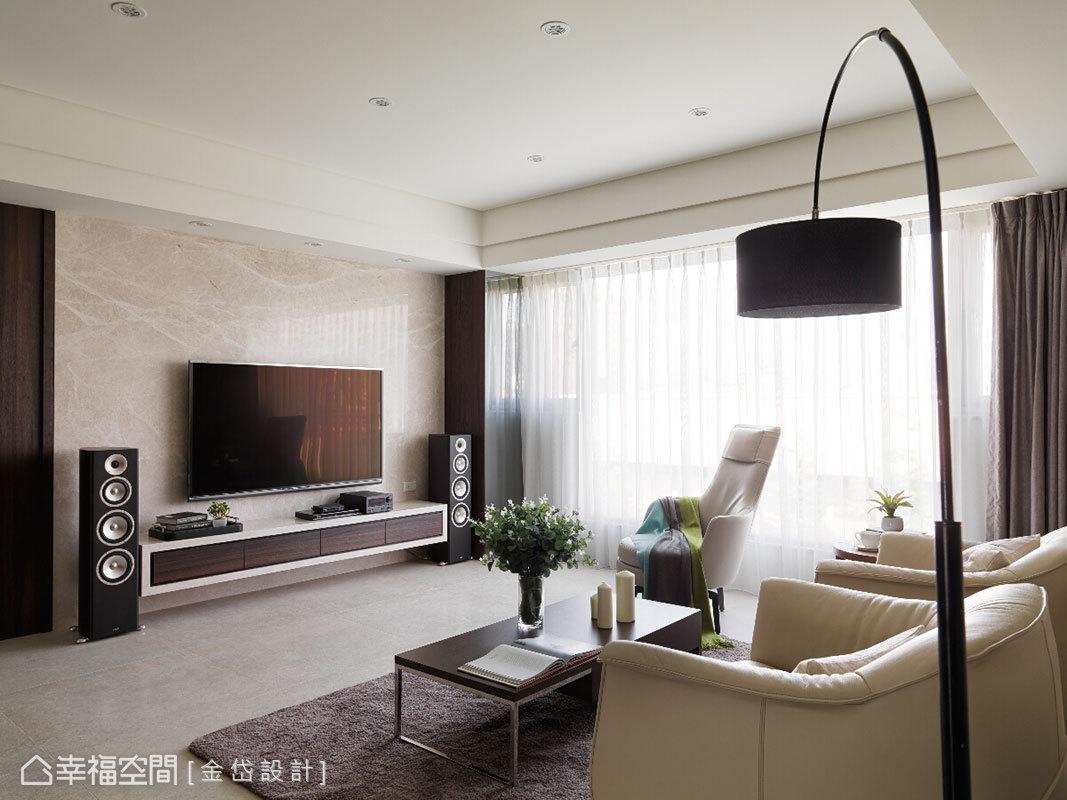 藉由落地窗援引天然採光,映照出電視主牆的輕淺光澤。