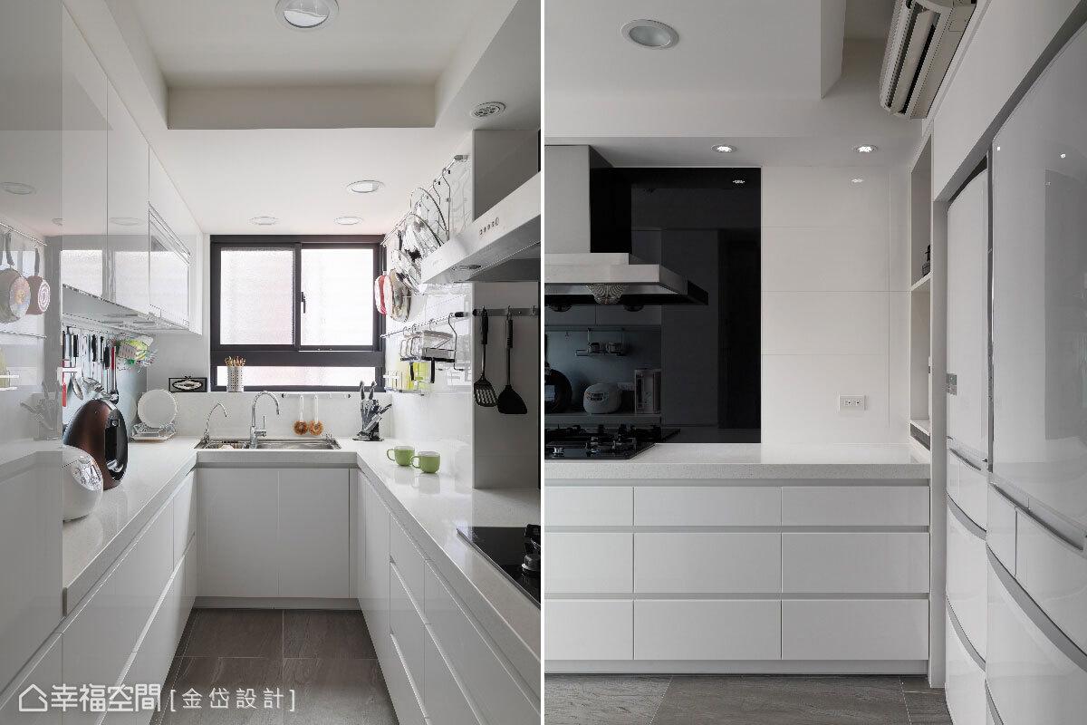 透過精準的比例拿捏與空間線面整合,讓不到兩坪的廚房,擁有放置大量抽屜與兩個冰箱的收納空間。