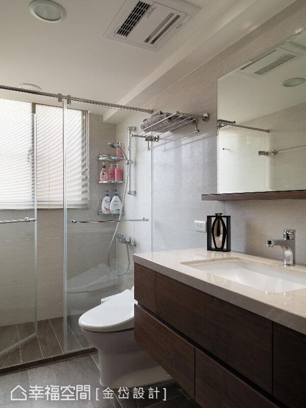 坪數不大的衛浴空間,僅以簡單配備與玻璃隔間,打造乾溼分離的實用機能。