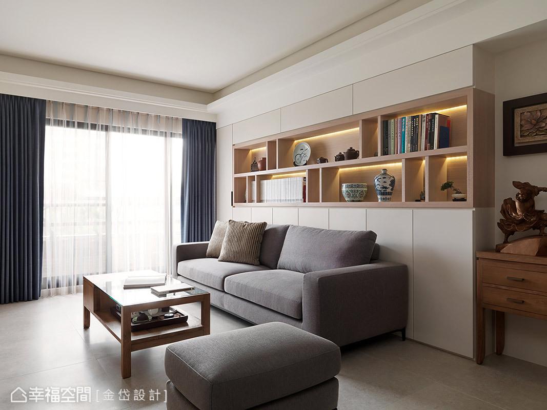 灰色調沙發呼應簡約的北歐特質,後方收納櫃的上方以開放式結構呈現,可隨心情擺放物件,創造每一天的日常風景。