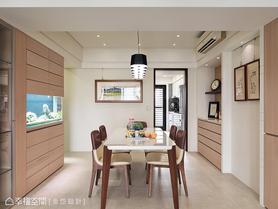 餐桌椅利用木紋材質做為呈現,後方將魚缸嵌入木作收納櫃體之中,展現整體一致化的設計。