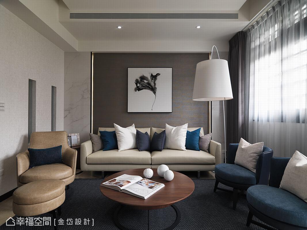 以灰色系壁紙鋪陳牆面,兩側搭配仿石材磁磚呈現對稱效果,後方嵌入燈帶設計,襯托出些許華麗質感。