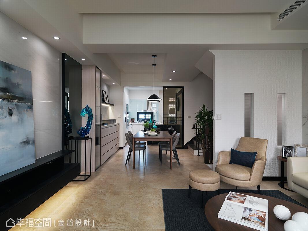 狹長型格局容易導致樓梯間過於陰暗,金岱設計特別在沙發旁的壁面局部施以穿透設計,讓光線得以延伸入內,解決樓梯無採光的問題。