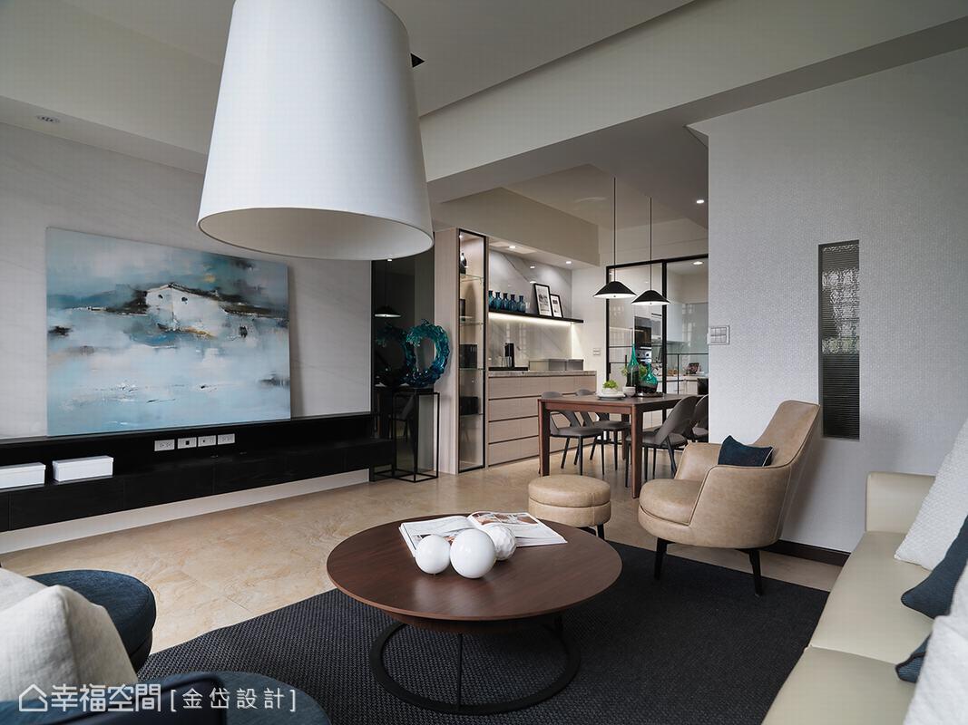 陳美貴設計師選用白色大理石作為電視主牆,展現乾淨俐落的立面表情,為空間增添些許大方氣勢。