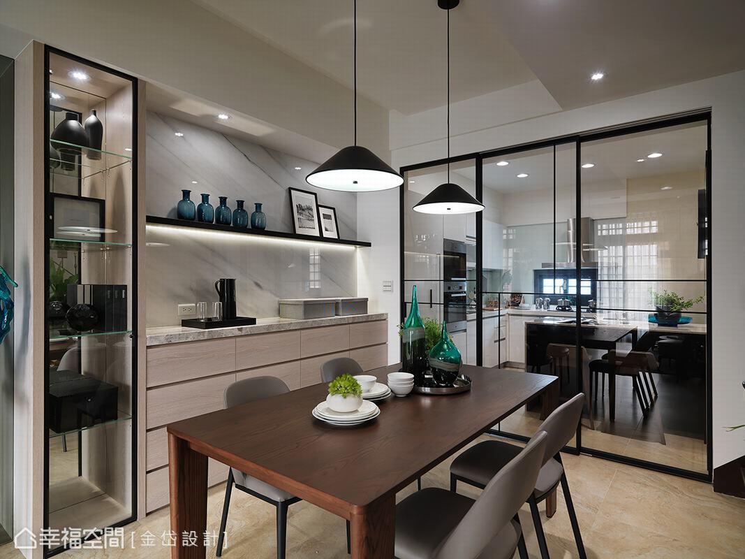 利用鐵件玻璃拉門界定廚房與餐廳,解決下廚時油煙逸散的問題,同時讓視覺保有延伸性。