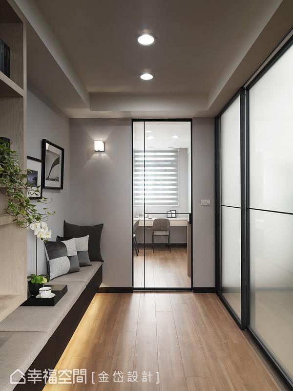 私領域鋪設木地板,將居家氛圍轉變成自然休閒調性,搭配充足的採光與照明,讓生活更加自在與愜意。