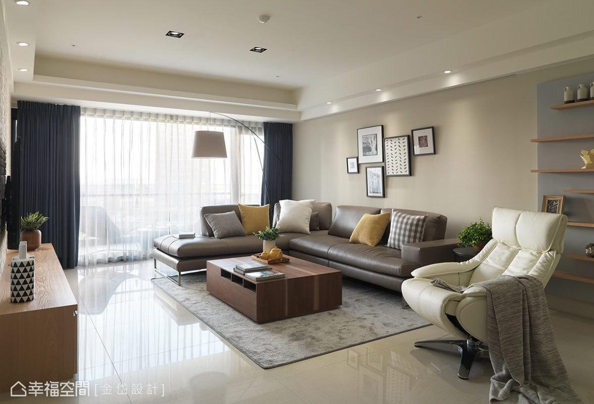 設計師陳美貴在在日光盈朗的客廳中,以溫暖色調與跳色抱枕做為整體基調,形塑北歐感的居家樣貌。