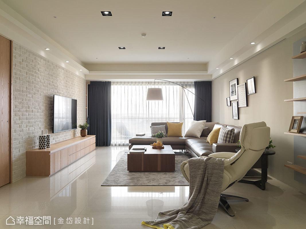 電視主牆採用大面積的文化石鋪述,並於左側以暗門方式處理次臥入口,完美融合整體調性。