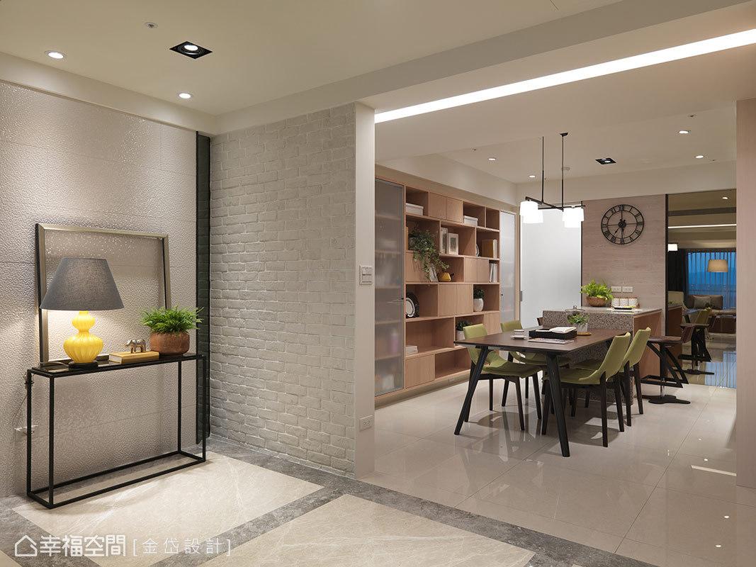 由於兩姐弟擁有大量的藏書需求,所以金岱設計於餐廳旁設計一道書櫃,並以開放層板及櫃面的方式呈現多樣性。