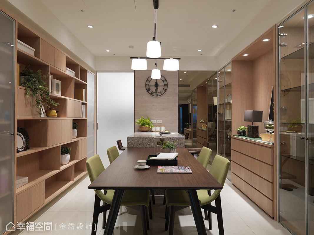 餐桌左側規劃書櫃外,右側則設有活動式半高櫃及對稱玻璃展示櫃,提供屋主未來放置佛龕的位置。