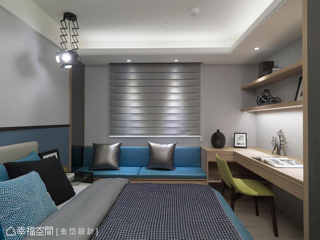 男孩房走中性色調,床頭色系以兩色做變換;窗下臥榻跟書桌的尺度都比較大,並選用明亮的藍色系來搭配。