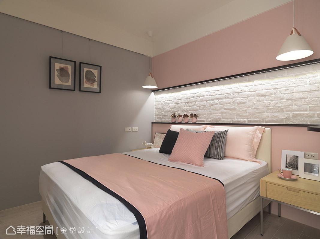 女兒房的主床頭中間為文化石,上下搭則配粉色調性,呈現比較粉嫩色彩的北歐風。