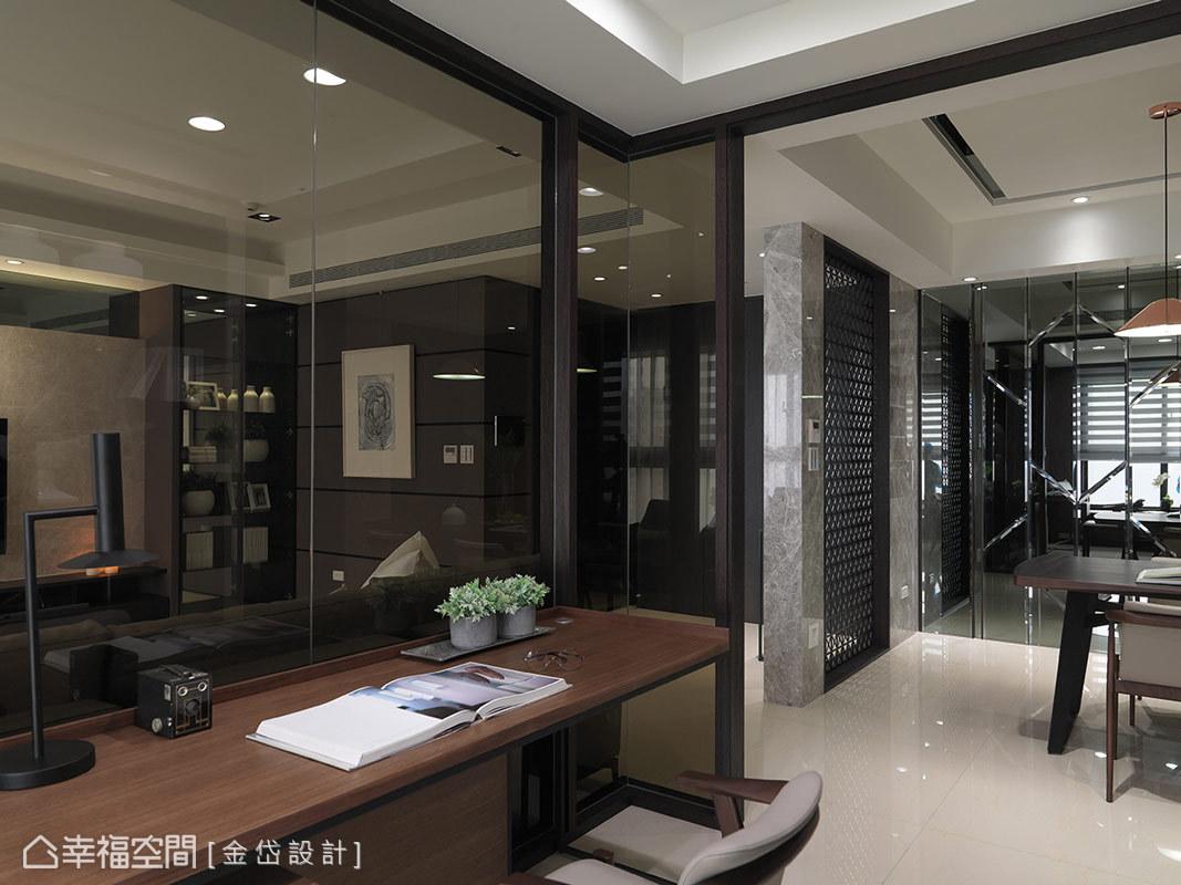 串聯客廳與餐廳的書房,做為視覺上與動線上的中軸點,是男主人沉澱心境的小天地。