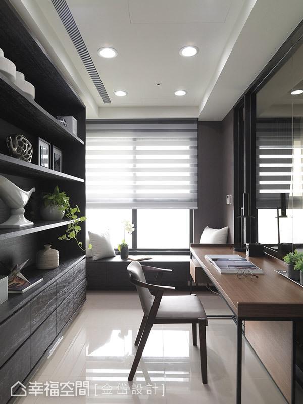 彷彿玻璃盒的日光書房,設有窗下臥榻與開放層板書架,兼顧生活與收納上的要求。